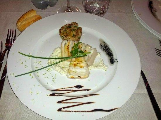 Ristorante capriccio: antipasto - tortino di tonno e seppie su crema di formaggio