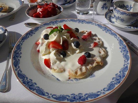 Brenners Park-Hotel & Spa: вафли ручной работы на завтрак со сливками и ягодами