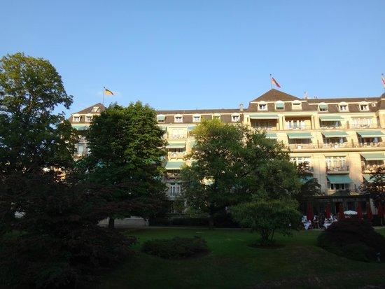 Brenners Park-Hotel & Spa: вид на отель с Лихнетальской аллеи