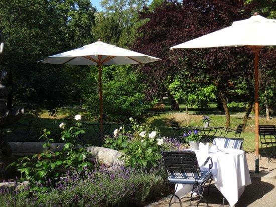 Brenners Park-Hotel & Spa: завтрак в саду