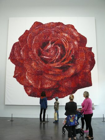 Musée Kiasma d'art contemporain (Nykytaiteen Museo) : Один из экспонатов. Роза из конфет.