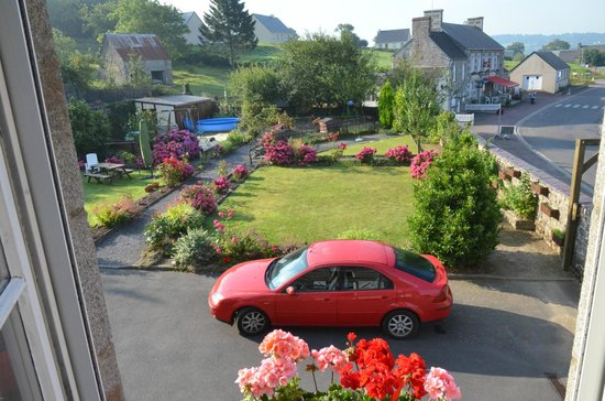 Saint Manvieu Bocage, Francia: Gardens, play area, parking and pool at La Maison.