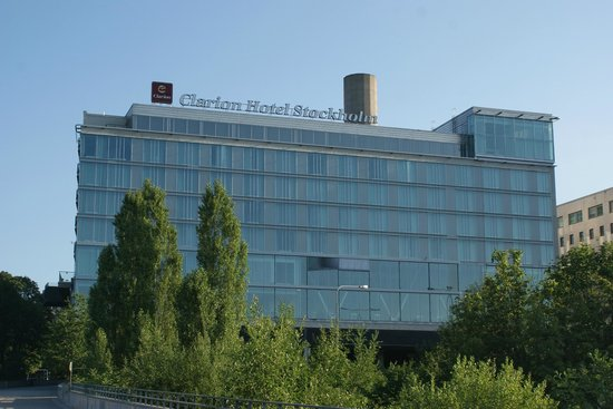 Clarion Hotel Stockholm: L'Hotel visto dal parco