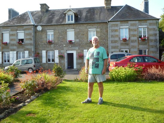 Saint Manvieu Bocage, Francia: Me, with La Maison in the background.