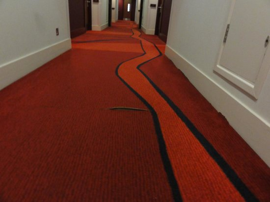 Crowne Plaza London - Docklands: Carpet outside bedroom door - be very careful you dont trip up!