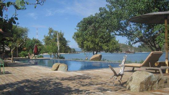Plataran Komodo Resort: Resort private beach area