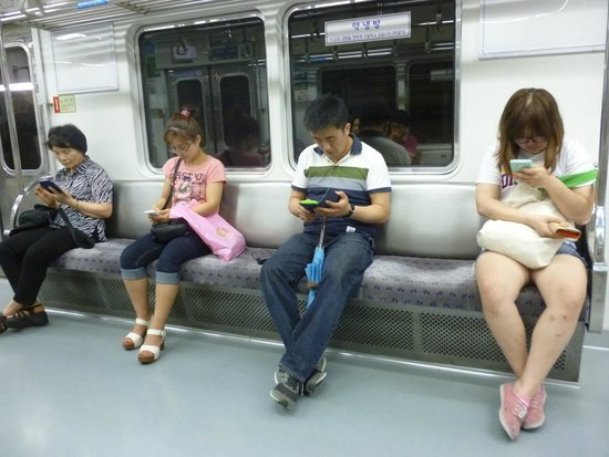 Seoul Metro : Типичная картина в сеульском метро