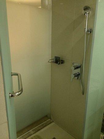 Hotel XYZ : Shower