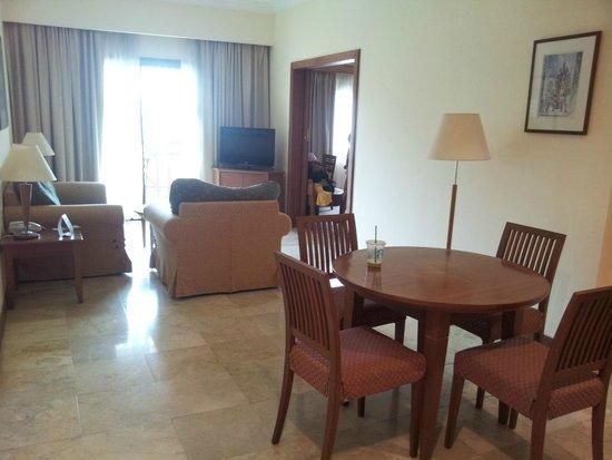 Holiday Inn Resort Batam: Dining & TV watching area