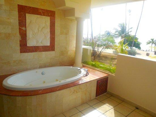 Melia Coco Beach: Whirpool, oceanfront room