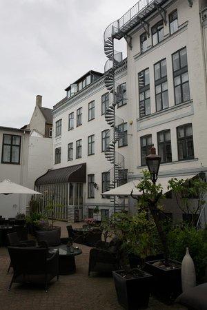 Hotel Kong Arthur: Hotel Courtyard