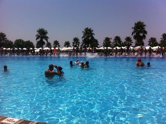 Voyage Belek Golf & Spa: daily club dance