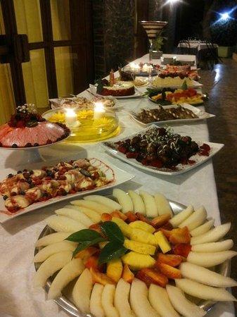 Ristorante La Quercia: Frutta e dolce al buffet