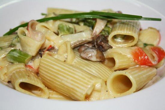 Restaurante HPC Portocolom: Rigatoni con setas, cangrejo y espárragos trigueros