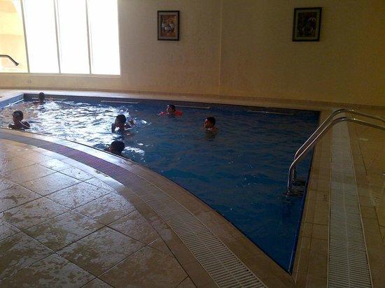 Golden Tulip Khatt Springs Resort & Spa : inside pool