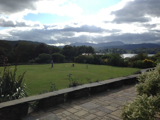 Cragwood Country House Hotel : View of lawn where croquet can be played