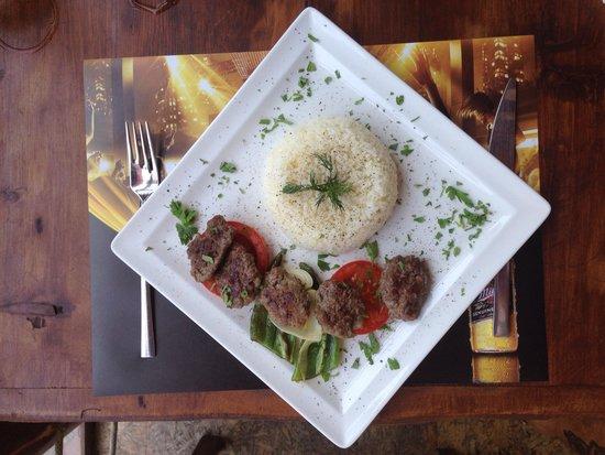 Karabina Bistro Cafe : Dans eden köfteler var burada :)