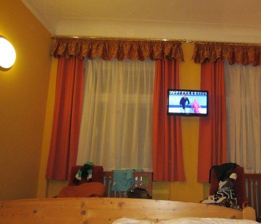 Cloister Inn Hotel: вид со стороны лежащего человека в кровати