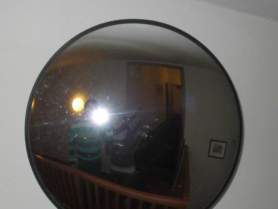 Cloister Inn Hotel: сферическое зеркало в коридоре