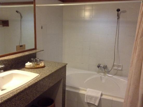 Pantip Suites Sathorn: Salle de bain fonctionnelle