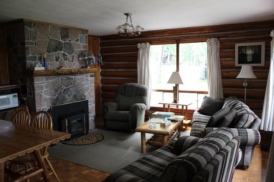 Hay Lake Lodge and Cottages: living room