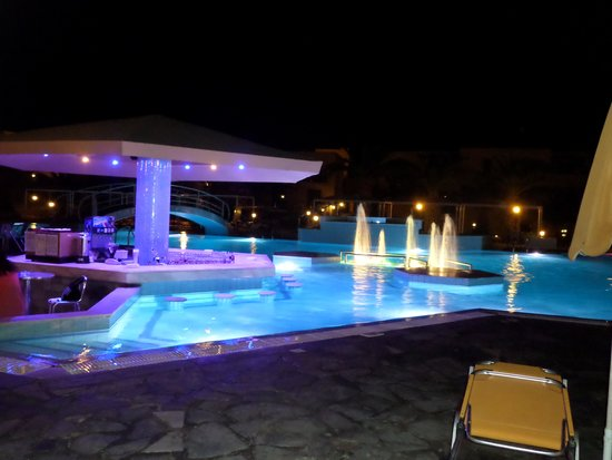 Atlantica Porto Bello Beach : Piscine le soir