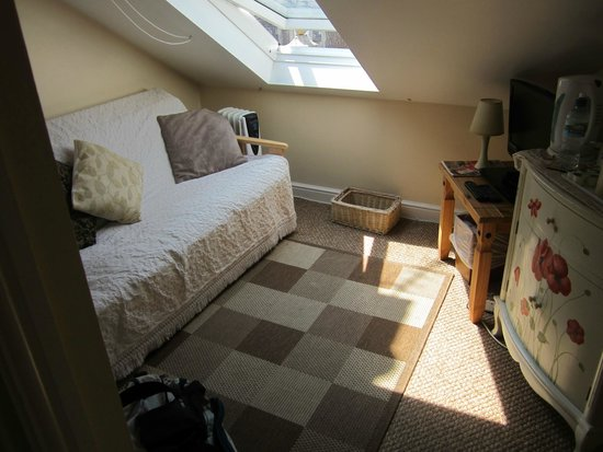 Parasol Guest House: attic single sitting area