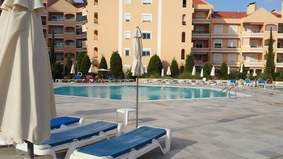 Riviera Hotel Carcavelos : Vue sur la piscine extérieure
