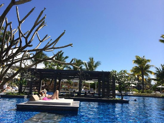 Long Beach Mauritius: Sun beds in the pool