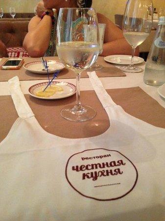 Chestnaya Kuchnya Restaurant: Повязывали фартучки на шею - чтобы мы не испачкались :)