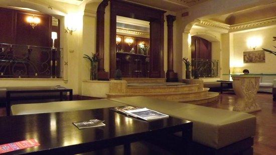 River Palace Hotel: bar area