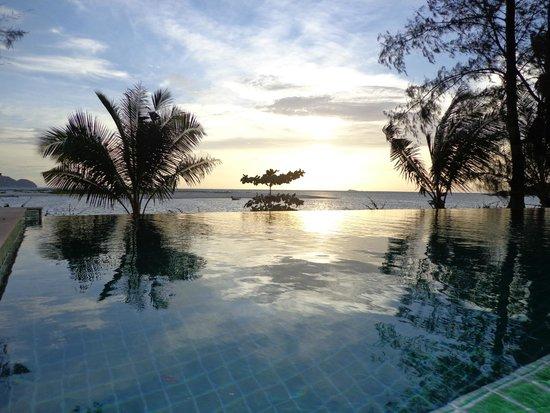 Baan Manali Resort : piscine