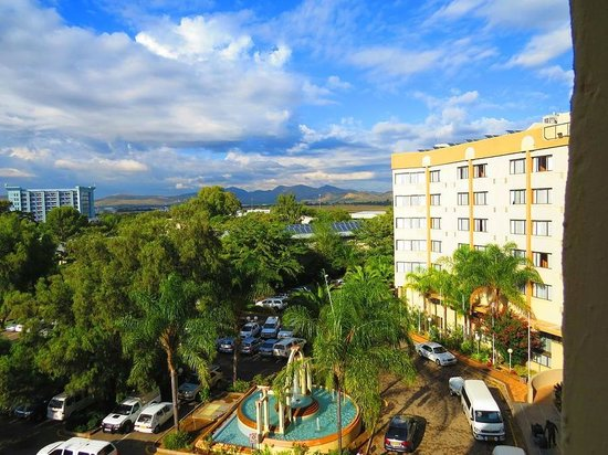 Safari Court Hotel: overlooking the entrance and parking