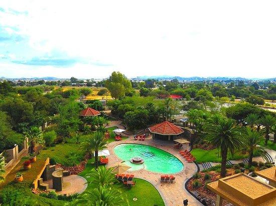 Safari Court Hotel: pool and garden