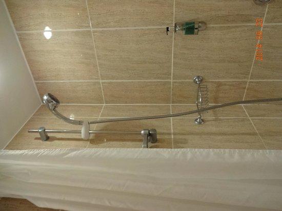 Park Hotel: 熱湯しか出なかったバスルーム
