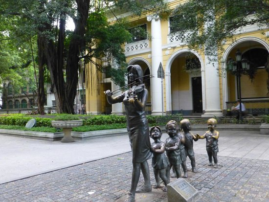 Shamian Island : There are lots of quirky bronze statues on the island.