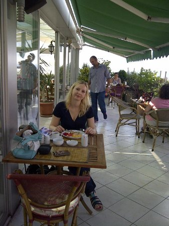 Hotel Niles Istanbul : terrace area at rooftoop: breakfast time