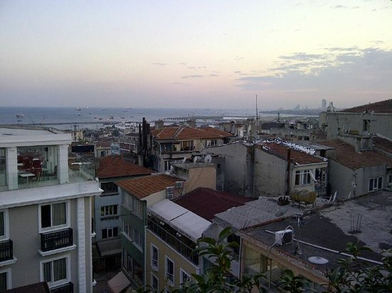 Hotel Niles Istanbul : view from rooftop area towards Marmara Sea