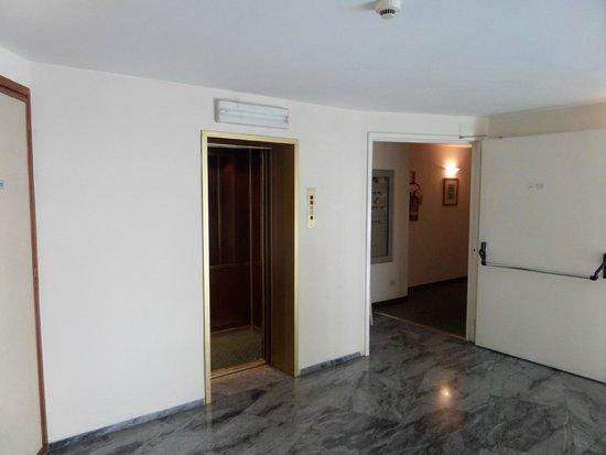 Hotel Commodore Roma: Ascensor