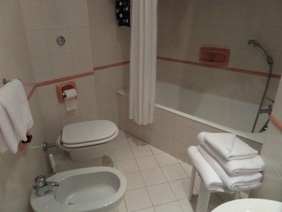 Hotel Commodore Roma: Baño habitación 216