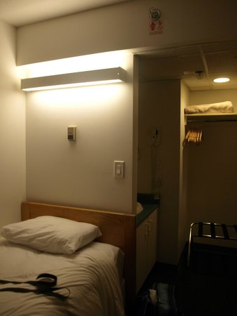 YWCA Hotel Vancouver: Bed area