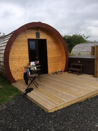 Frodsham, UK: Hot tub and external area of Glamping pod. The hot tubs look like they were all designed to be s