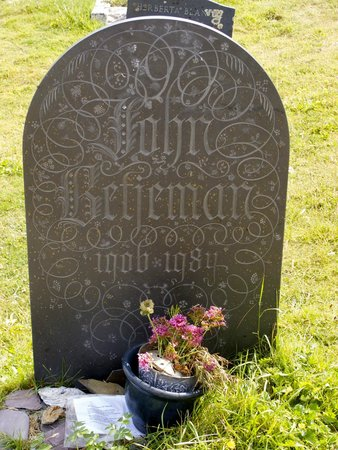 St. Enodoc Golf Course: Betjeman's grave at St Enodoc, just off the 10th hole.....