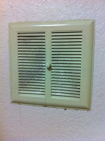 Red Roof Inn Albany Airport : Mould on the bathroom fan