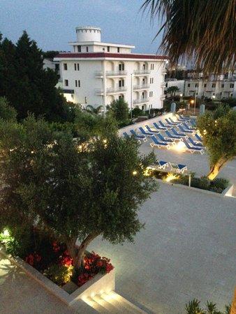 Club Azzurro Hotel & Resort: Hotel by night