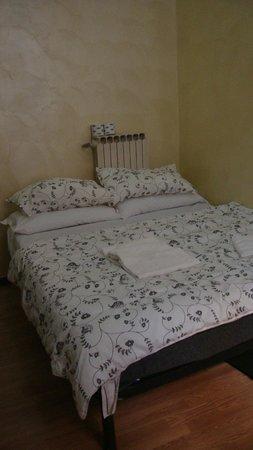 Hotel Roma Mansion: Кровать в нашем номере