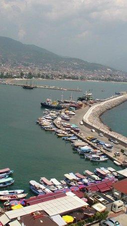 Kleopatra Beach: вид на порт со смотровой площадки Красной башни