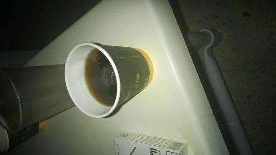 Nahrawess Hotel : drinki podawane w kubkach papierowych po kawie