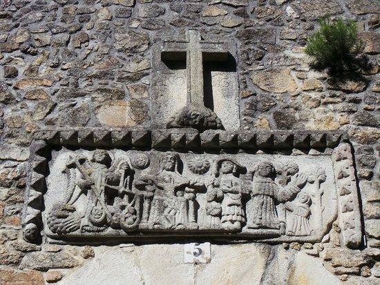 Colegiata de Santa Maria do Campo: bas relief au dessus de la petite porte de coté