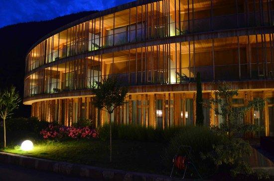 Hotel Der Waldhof: neuer Trakt bei Nacht